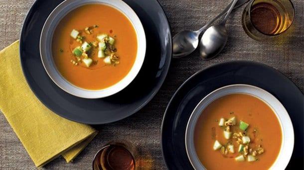 soupe-a-la-citrouille-garnie-de-pommes-et-de-noix