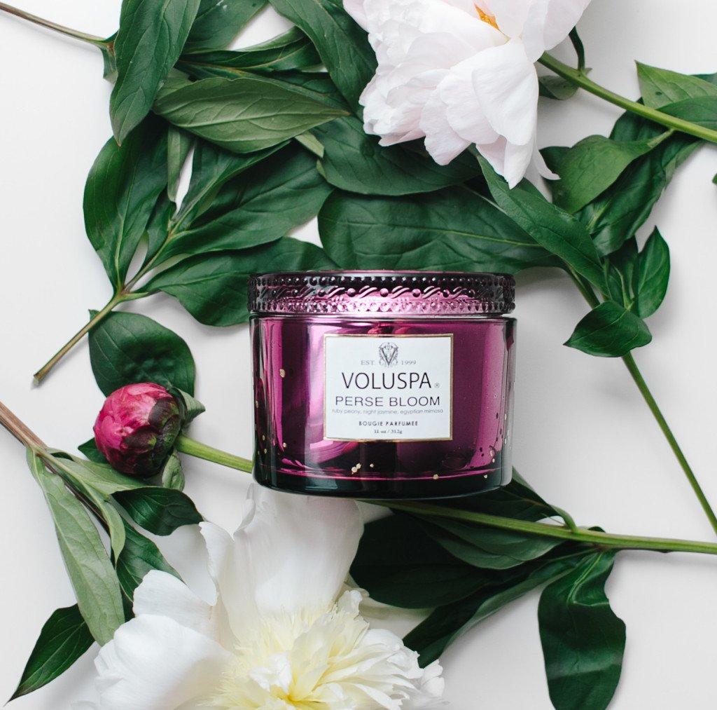 <p>Perse Bloom от Voluspa – очень женственный и элегантный аромат пионов, жасмина и мимозы. Рассказывать подробно про каждый компонент не будем, а сделаем акцент на главном герое &#8212; пионе. Небольшой спойлер: если он растет у вас на даче – то вы из знатного рода, не иначе!</p>